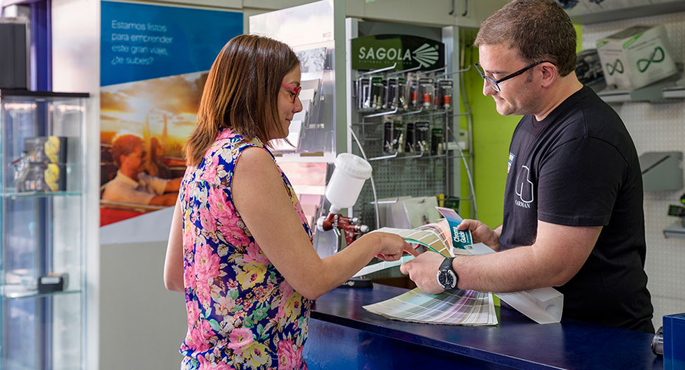 Una clienta recibiendo asesoramiento en una tienda por un empleado