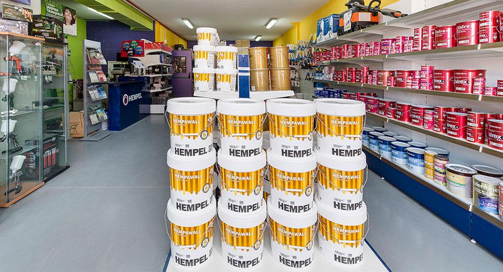 El espacio de la entrada de una tienda de pinturas con los productos colocados
