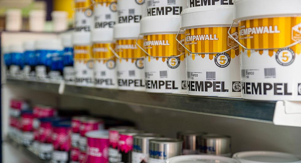 Exposicion de pinturas de la marca Hempel en una estantería de Pinturas Carman