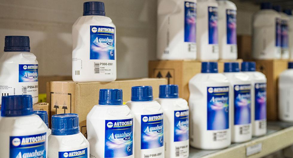 Productos para pintura de la marca Autocolor colocados en un almacén