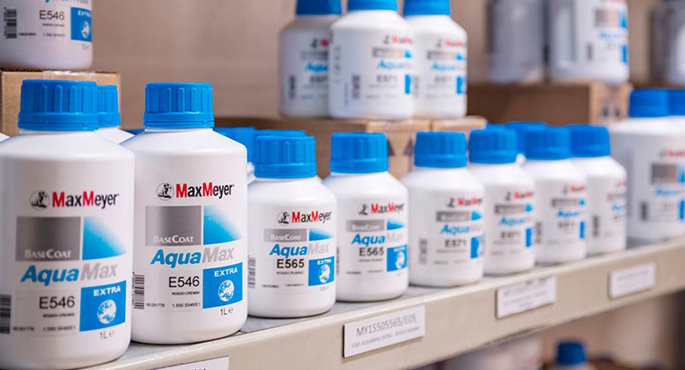 Productos para pintura de la marca MaxMeyer colocados en un almacén
