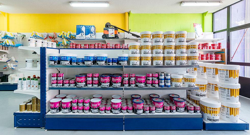 Productos ordenados en una tienda de pinturas de Algete