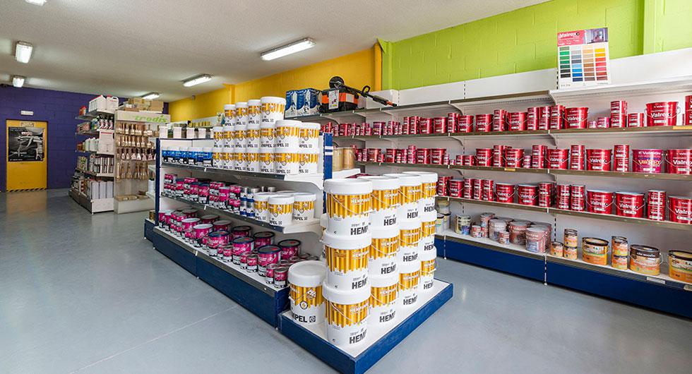 Productos expuestos en una tienda de pinturas en Algete